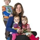 """babygebaren Nadine familie Op de foto voor de auteurspagina van het babygebaren boek """"Zie je wat ik zeg?"""""""