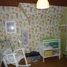 Kamer Leonie (1/2) Bosthema. Een drukkere muur en een zeer rustige kant. Verbonden door een inbouwkast-wand die wit is. Een vrij rustig geheel dus nog.